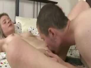 Mulher arregala o olho porno